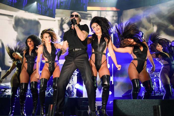 Pitbull y sus sexy bailarinas en el escenario iHeartRadio Fiesta Latina 2016