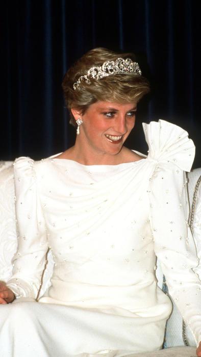 Princesa Diana con vestido blanco