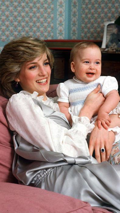 Princesa Diana cargando al príncipe William