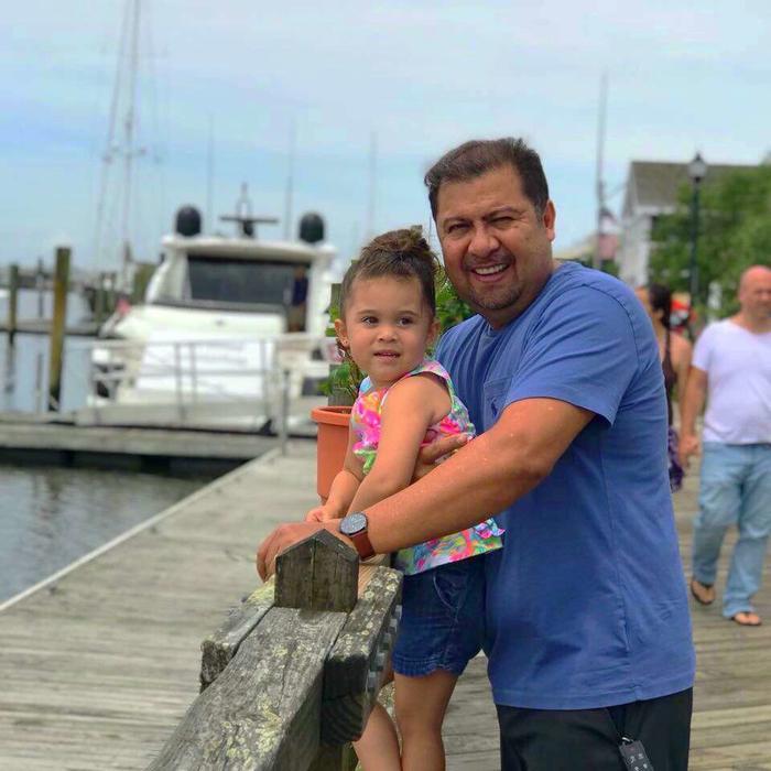 Administrar un negocio implica trabajo duro pero Antonio Quezada aparta tiempo para sus nietos.