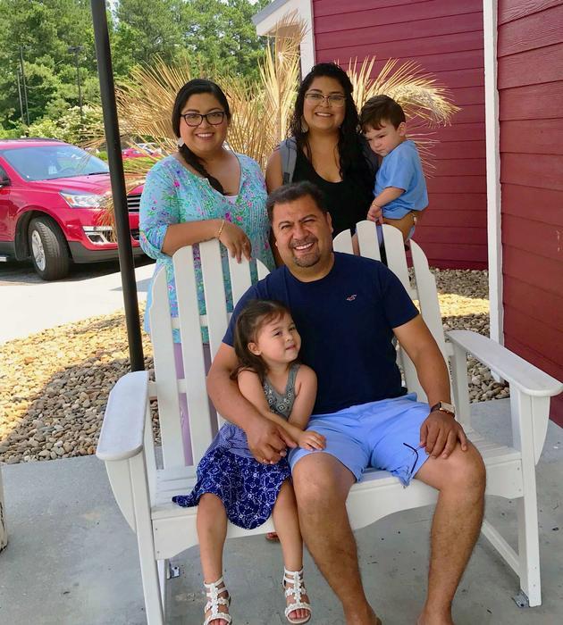 Antonio Quezada (sentado) asegura que su negocio ha salido adelante con la ayuda de su familia y empleados leales.