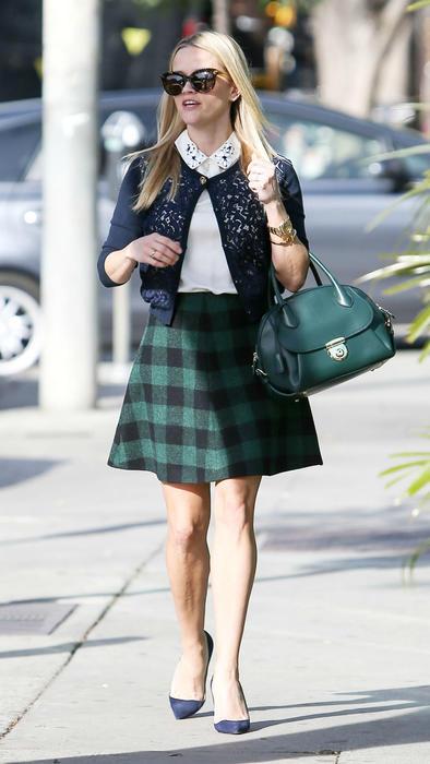 Reese Witherspoon con falda a cuadros y bolso verde