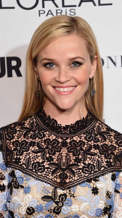 Reese Witherspoon con vestido de encaje en azules y negro