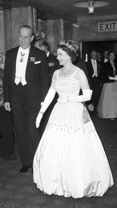 """Reina Elizabeth II en el estreno de """"Lawrence of Arabia"""" en 1962"""