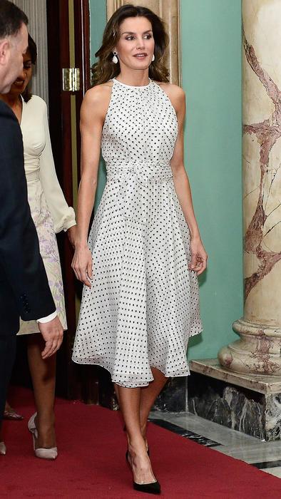 Reina Letizia con un vestido de lunares