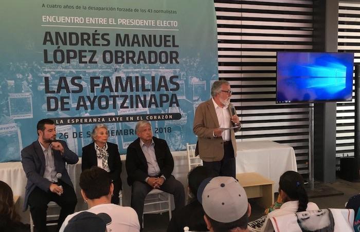 En la reunión participan padres de los 43 y miembros del futuro Gabinete de AMLO.