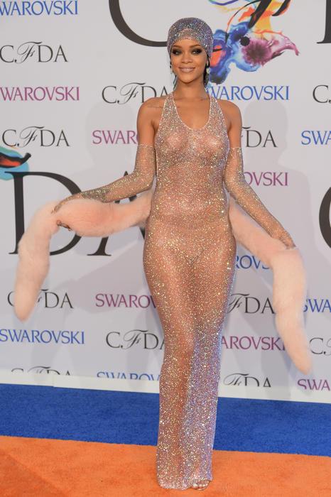 Rihanna en la alfombra de los premios CFDA 2014 en vestido transparente con cristales de Swarovski