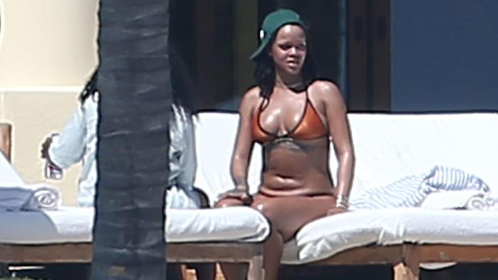 Naranja Rihanna Sexy Paseó Vacaciones Se En Sus Bikini Durante kuiXTOPZ