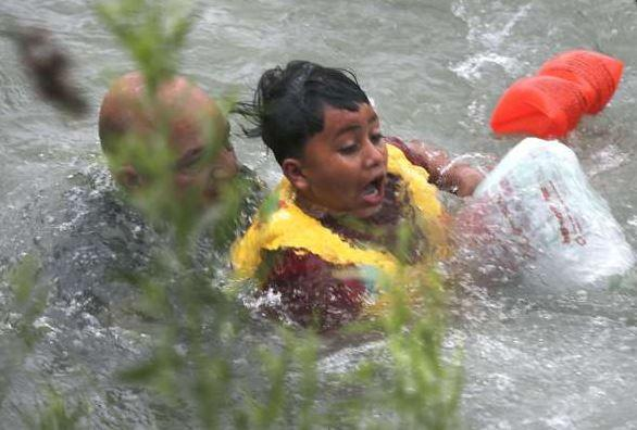 Un niño hondureño de siete años que casi se ahoga en el Río Grande el pasado viernes.
