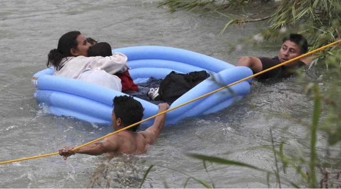 Cuatro adultos y cinco niños intentaron cruzar el viernes el Río Grande en barcas inflables para niños cerca de Eagle Pass, Texas.
