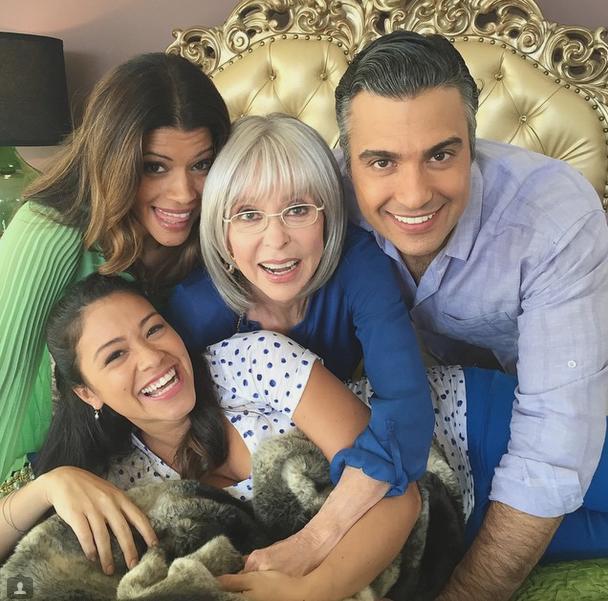 """Rita Moreno con el elenco de """"Jane the Virgin"""""""
