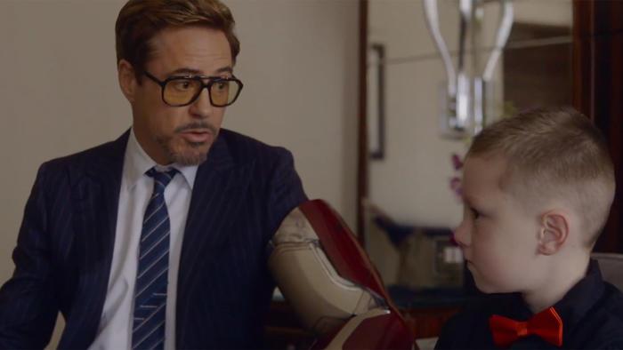 Tony Stark entrega brazo biónico a niño