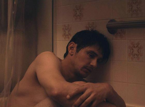 Franco también se muestra desnudo en una bañera.