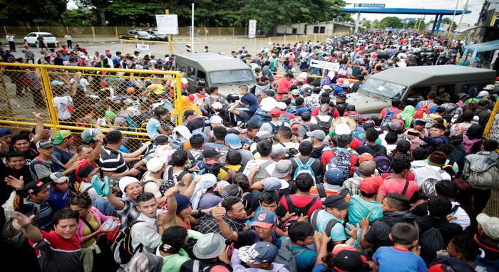 """¡Somos hondureños, no somos traficantes, somos inmigrantes!"""", gritaban varios mientras avanzaban hacia el cruce fronterizo."""