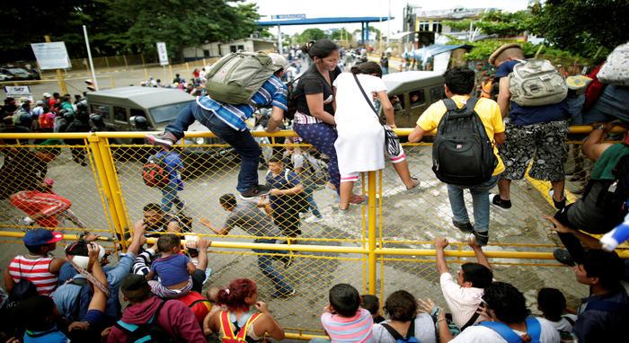 Docenas de oficiales de la policía federal mexicana estaban en el puente respaldados por cientos de oficiales desplegados , pero no hubo nada que detuviera a la caravana de migrantes.