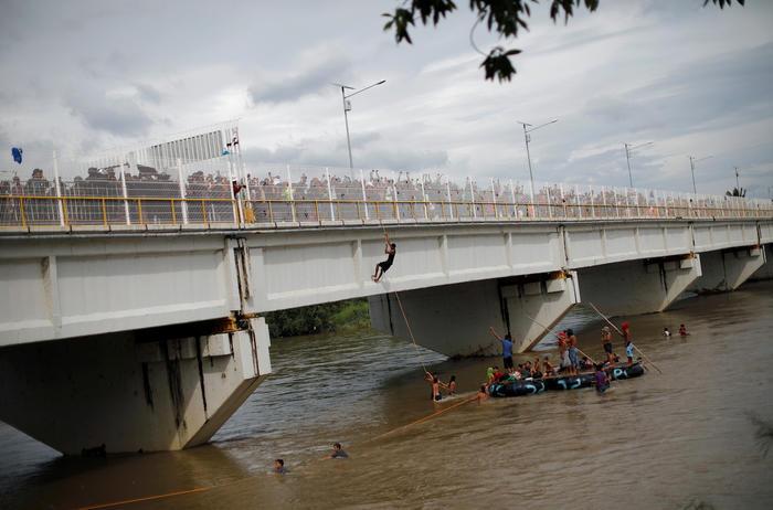 Hubo quienes saltaron de este puente que conecta Guatemala y México.