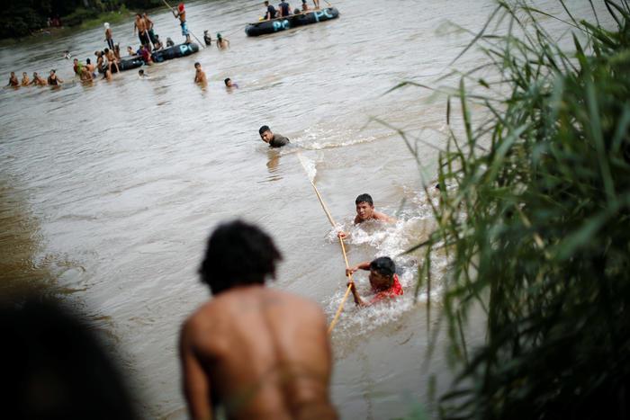 Estos migrantes hondureños cruzan el río Suchiate que divide Guatemala de México.