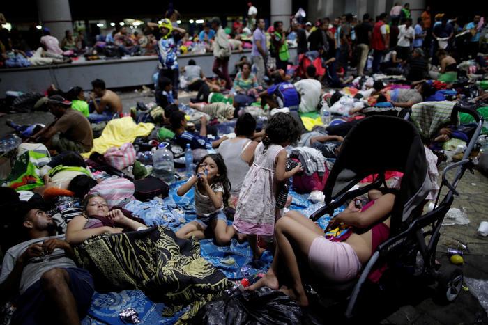 Cientos de migrantes niños y adultos descansan en Tapachula antes de seguir su camino hacia Estados Unidos.