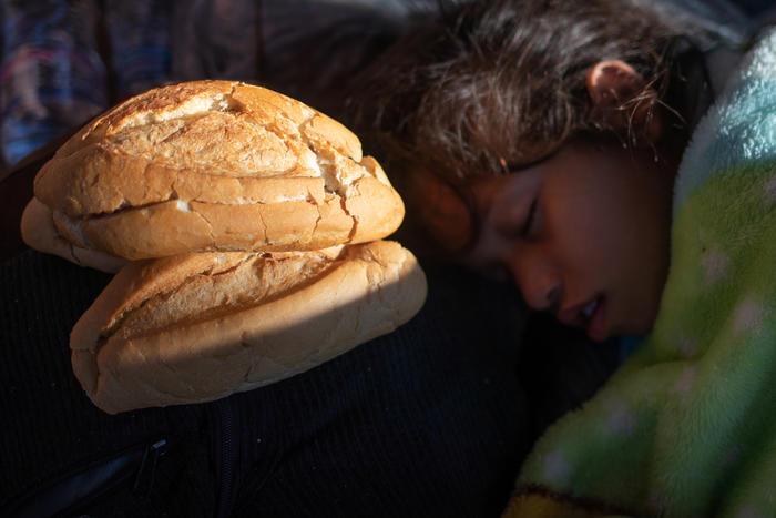 Esta niña duerme al lado de un pan donado por una panadería de Tapachula, en México.