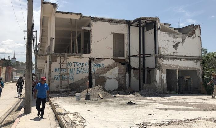 Edificio aún dañado por el sismo.
