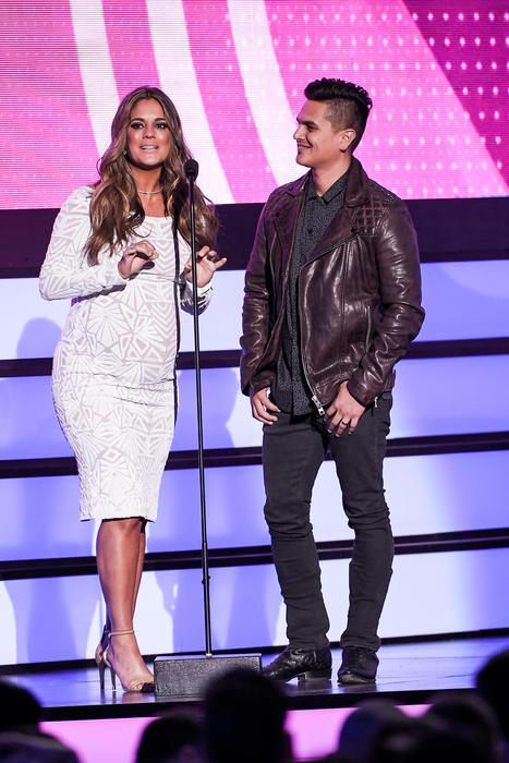 Sabrina Seara y Regulo Caro, presentadores, Premios Tu Mundo, 2016