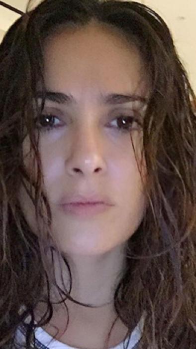 Salma Hayek sin maquillaje y con el cabello húmedo