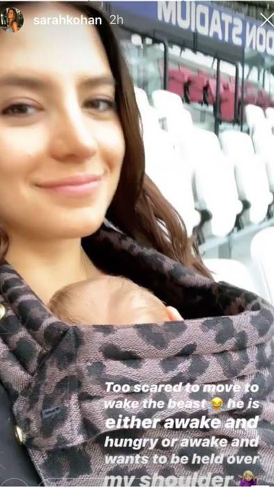 Sara Kohan y su bebé en el estadio