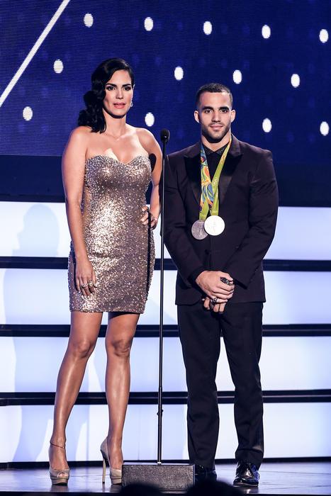 Scarlet Ortiz y Danell Leyva, presentadores, Premios Tu Mundo 2016