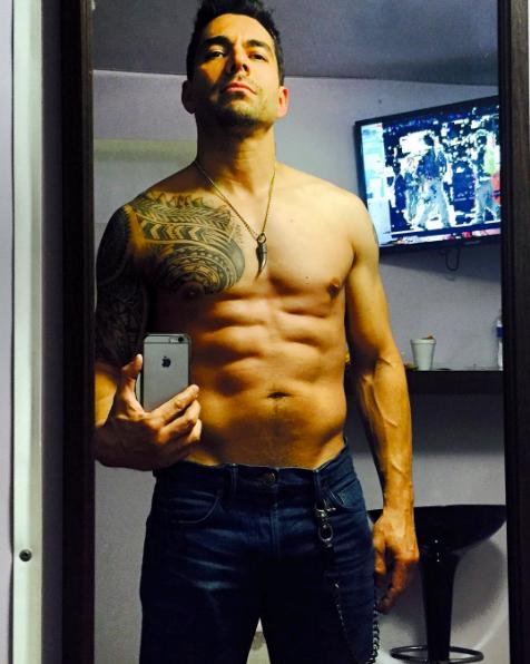 Omar Chaparro sin camisa