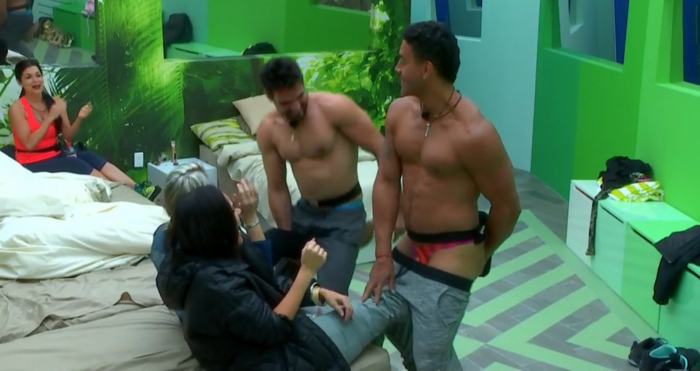 Pedro y Rafael haciendo striptease para Yaya y Jommart