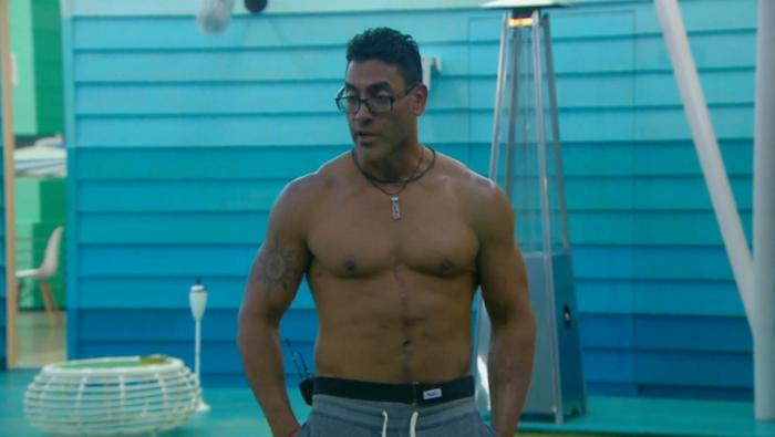 Pedro sin camisa en el patio de Gran Hermano