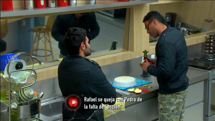 Rafael y Pedro hablando en la cocina de Gran Hermano