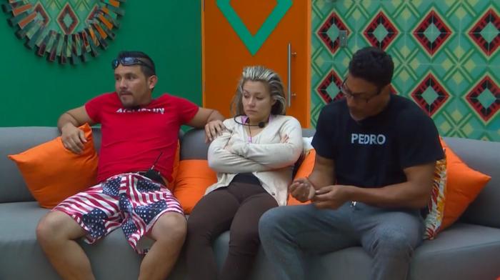 Yaya, Agustín y Pedro esperando el resultado de la segunda prueba de los relojes de arena