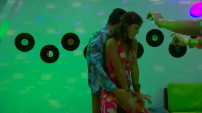 Catalina y Jason habitantes de la casa de Gran Hermano bailando