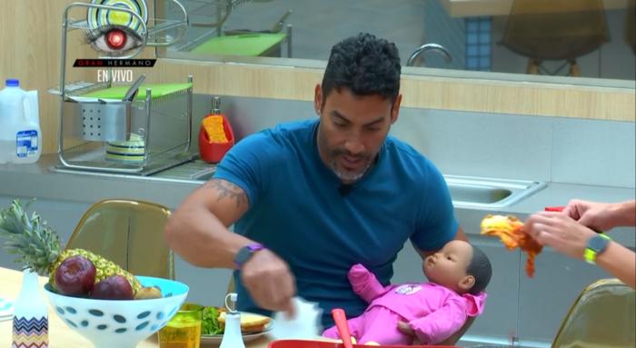El habitante de la casa de Gran Hermano Pedro con su bebé