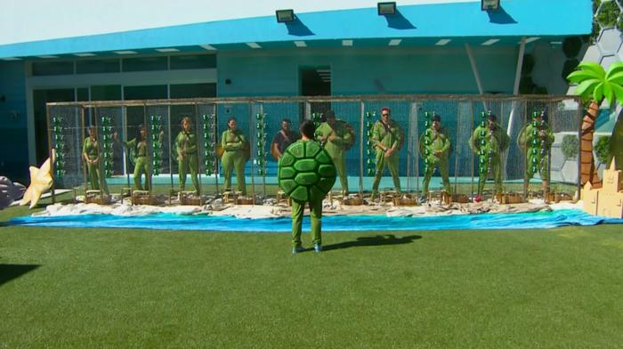 Los habitantes de la casa de Gran Hermano vestidos de tortuga