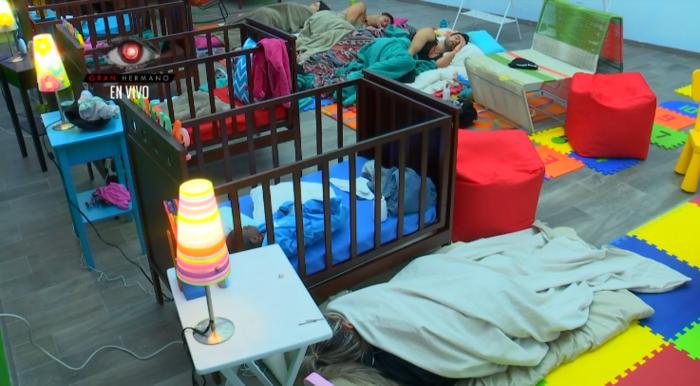 los habitantes en la casa de gran hermano durmiendo en el cuarto de los bebes