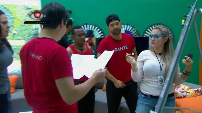 los habitantes en la quinta prueba del video clip