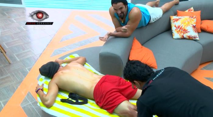 el habitante pedro dándole un masaje a dante como prueba