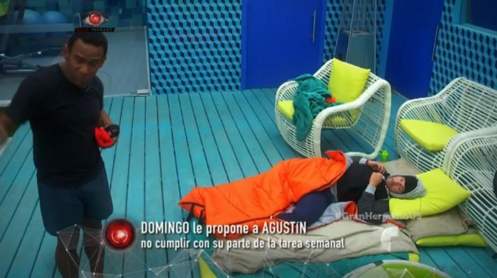 El habitante Agustín duerme en le jardín por petición de Gran Hermano
