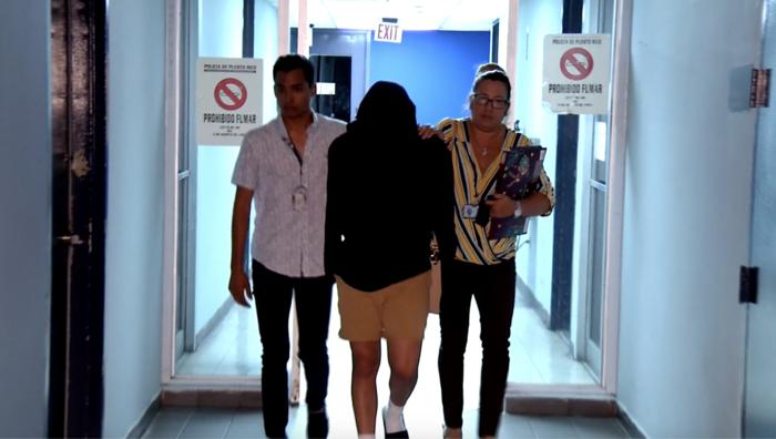 Adolescente en la corte en Puerto Rico