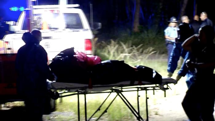 Momento en el que trasladan el cadáver de Janette Mojica Rivera