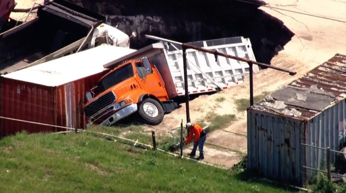 Sumidero se traga camiones en Orlando, Florida