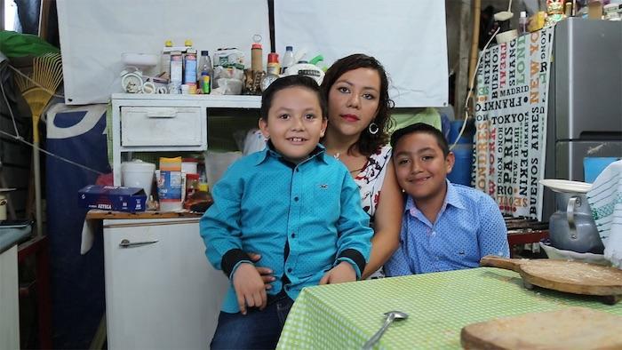 Lourdes con sus hijos en su refugio de dos años, después de recibir una casa de Fundación Banorte y Fundación Hogares.