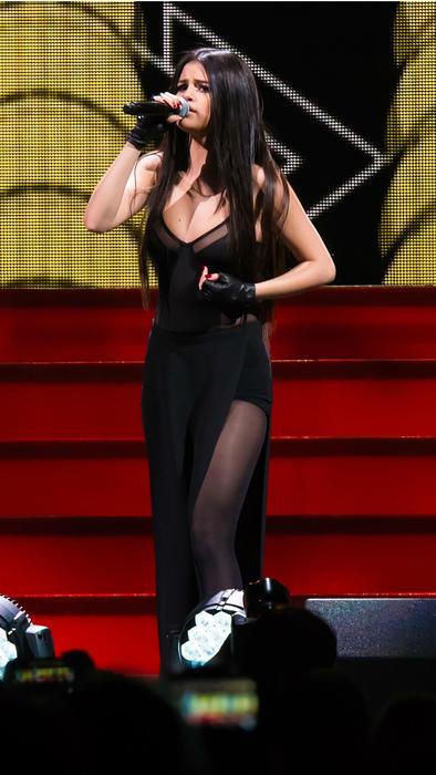 Selena Gómez con vestido negro con transparencias