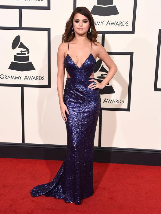 Selena Gomez posando en los premios Grammy 2016