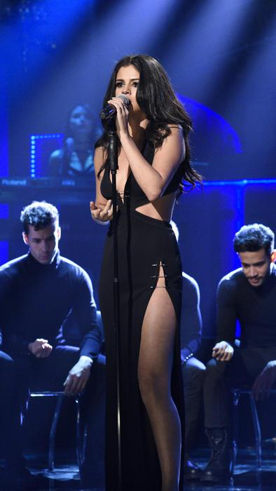 selena gomez canta en snl 2016