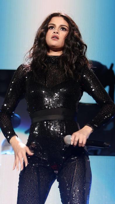 Selena Gomez con un vestuario de lentejuelas durante Jingle Ball 2015
