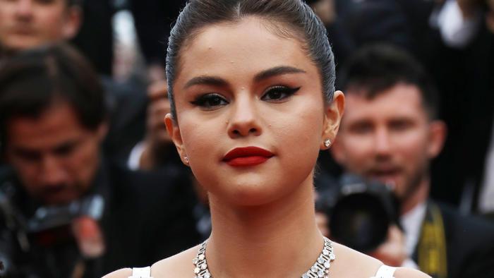 Selena Gómez delineado cat eye