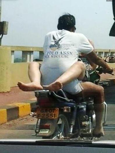 pareja teniendo sexo en moto